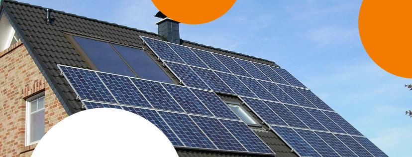 Zonnepanelen op een dak van een woning met dakpannen