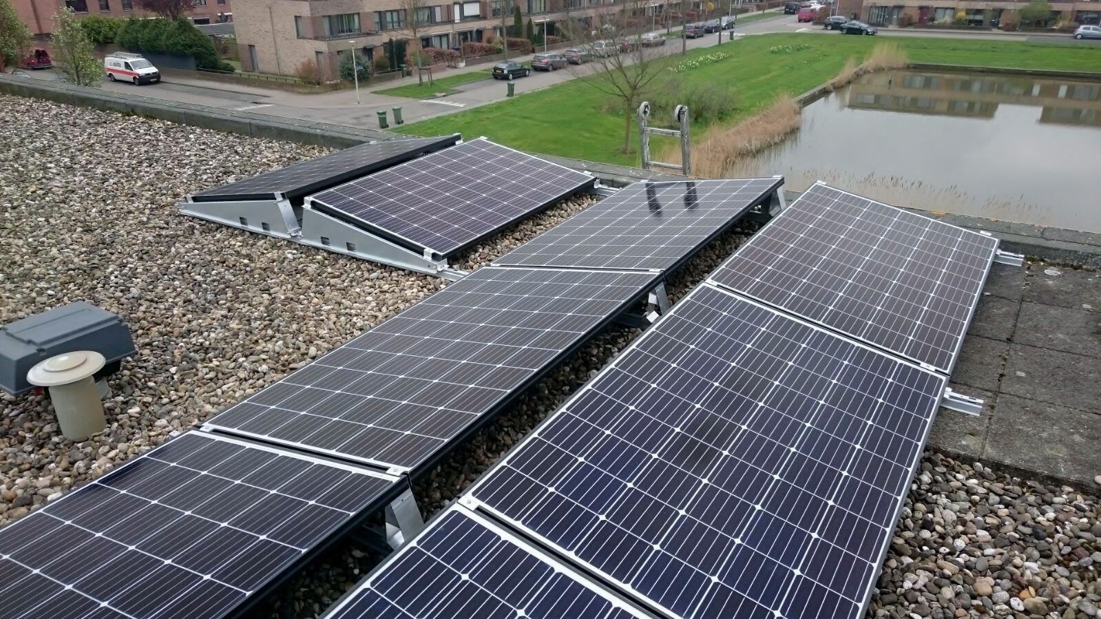 zonnepanelen op platdak oostwest gelegd